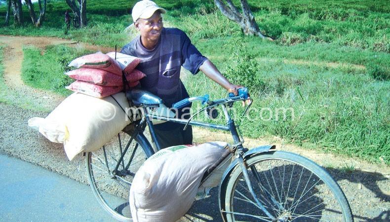 Flashback: Beneficiaries of subsidised fertiliser take the commodity home