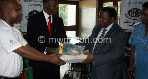 Kulemeka (C) hands over gift to Mlambe chairperson Elias Kambalame (R)