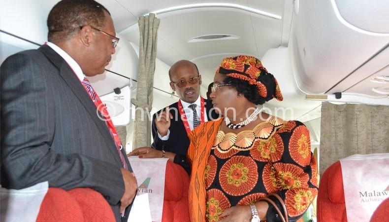 GebreMariam (C) briefs President Joyce Banda on Malawian Airlines