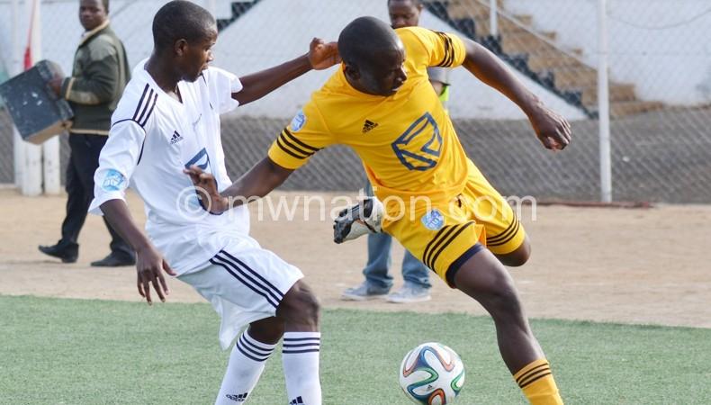 Diof Somaone (R) of KB tries to beat Isaac Kaliati of Azam Tigers