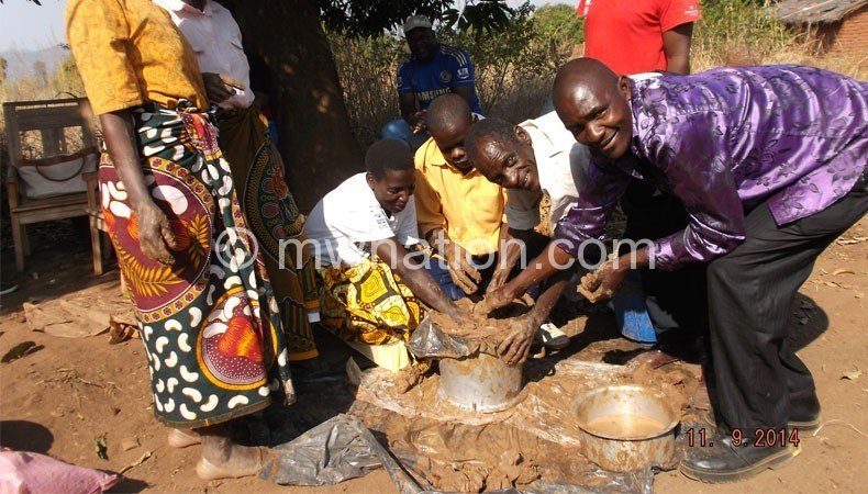 A demonstration of stove making