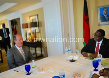 Mutharika held talks with Universal Leaf officials in the USA. In the picture, Mutharika talks to Taylor (L)