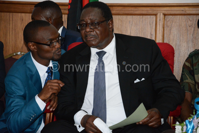 Phiri (kumanzere) ndiye ngati akuuza Mutharika: Zikuyenda bwana