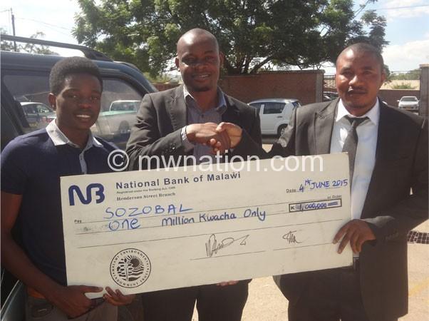 Kamoto(R) presents a dummy cheque to kabowa(C) and kawiya yesterday