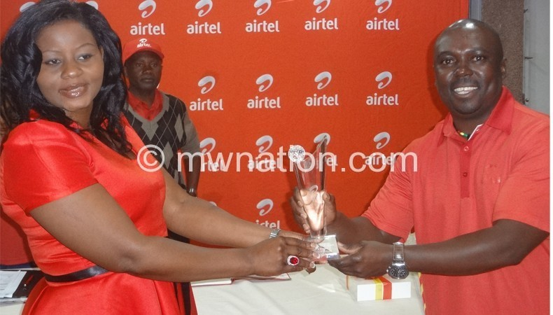 Airtel Golf champion Phiri (R) receiving his trophy from Mijiga