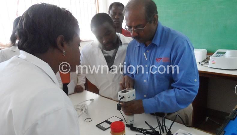 Millikarjunan (R) fixing equipment at Bunda