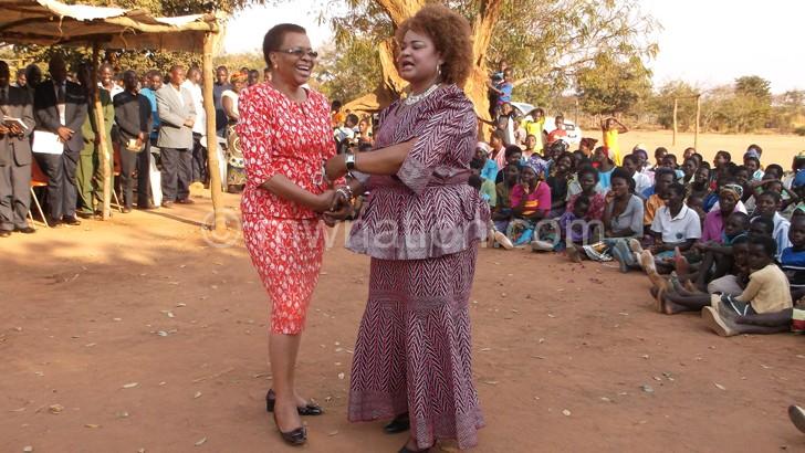 Kaliati exchanges pleasantries with Machel (L) during her visit to Malawi