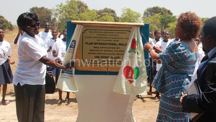 Ormondi (L) and Kaliati unveiling the foundation stone