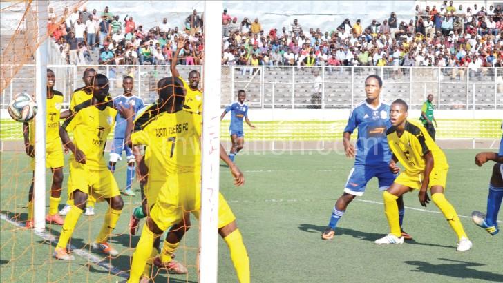 Manyozo (R) heads home Wanderers' equaliser