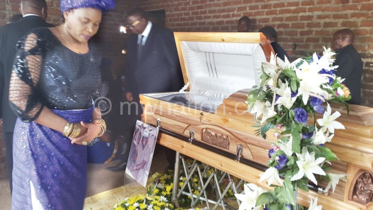 Mcheka-Chilenje takes her turn to pay  her last respest to the late Mtafu