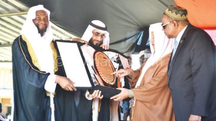 Ujaimiy (2nd R) from Saudi Arabia  shows Mutharika the award