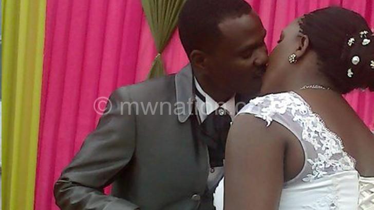 Amos ndi Rehina kupsopsonana tsiku la ukwati wawo