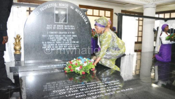 Callista lays a wreath on Bingu's grave