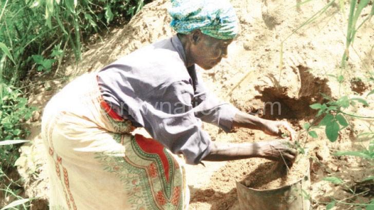 Gadama mining sand from Lichenza River