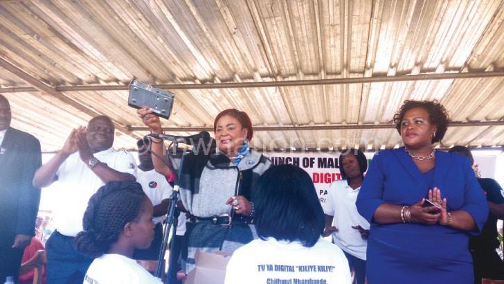 Kaliati shows off a Kiliye Kiliye decoder at the launch