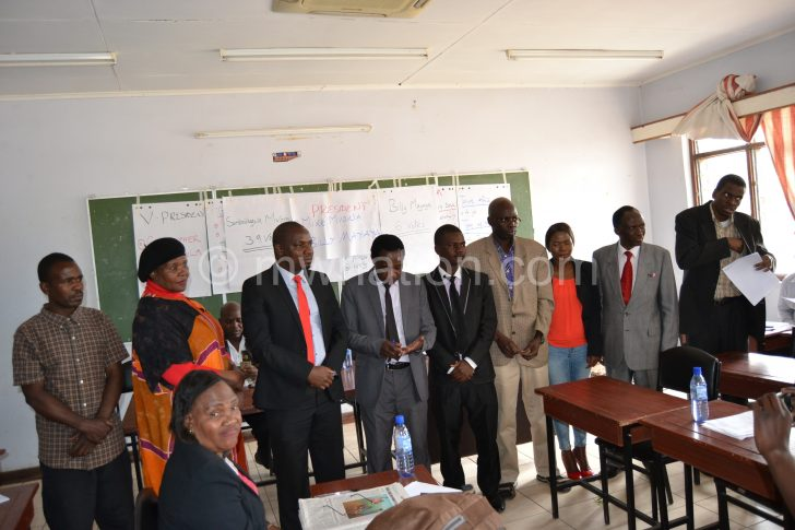 Mvona (C) surrounded by Mawu's newly-elected executive committee