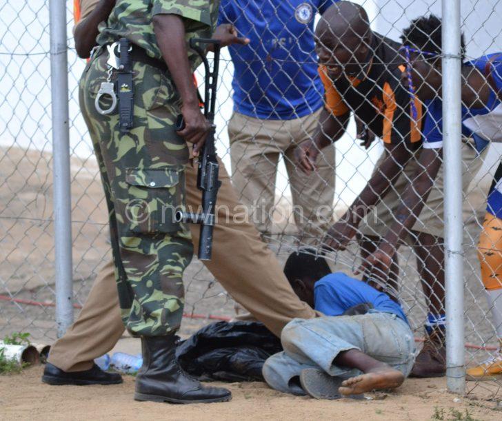Apolisi kuponda mwana akufuna kutolera mabotolo ku Kamuzu Stadium