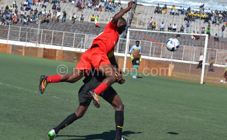 Bullets' MacFarlen Mgwira (L) in an aerial combat with a Tigers player