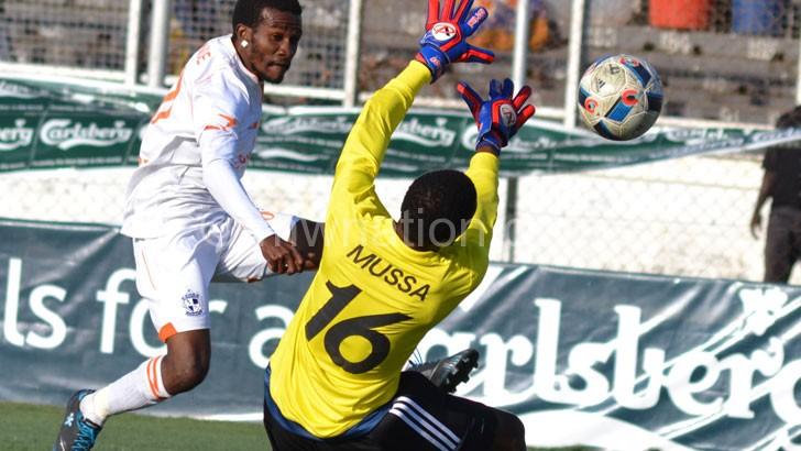 Mangochi goalkeeper Katawa (R) denies jaffalie chande