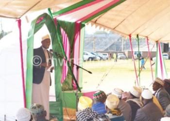 Sheikh Vinjenje preaches to Muslim faithful