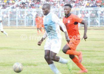 Bongani Kaipa (R) for Wanderers chases brace-hero Sibale