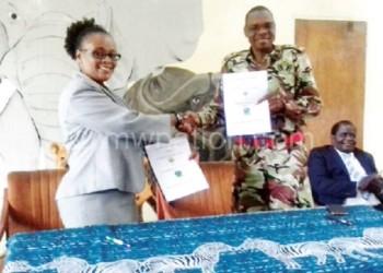 Kumchedwa (R) and Agbermodji  exchange MoUs