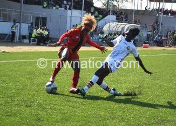 Malawi's Madina Nguluwe (L) tries to beat Kenya's Nelly Jeptanui