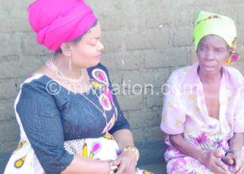 Kaliati talks to one of the elederly women Selly Sokela